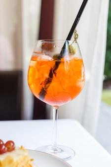 Een glas sangria op een witte tafel. restaurant tafel instelling. zomerstemming.