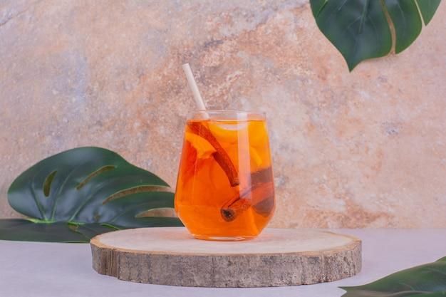 Een glas sap met citrusvruchten erin