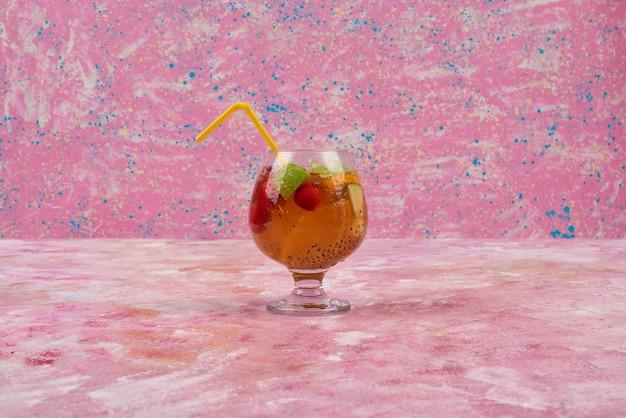 Een glas sap met gemengd fruit.