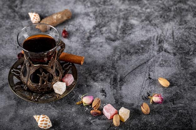Een glas thee met noten en turkse lokum