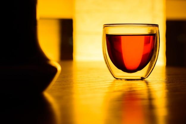 Een glas thee of een drankje op tafel