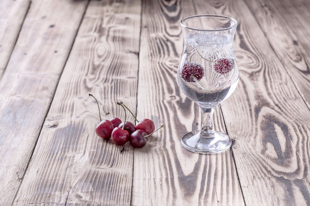 Een glas vers seltzerwater met een kers
