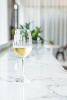 Een glas vonkende wijn