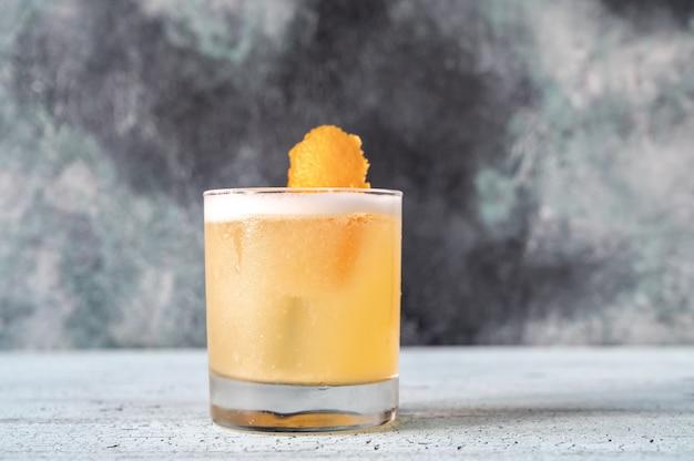 Een glas whisky zure cocktail close-up