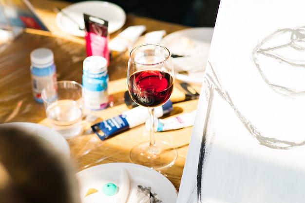 Een glas wijn met foto's