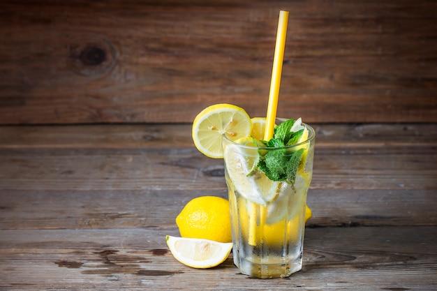 Een glas zelfgemaakte limonade mint