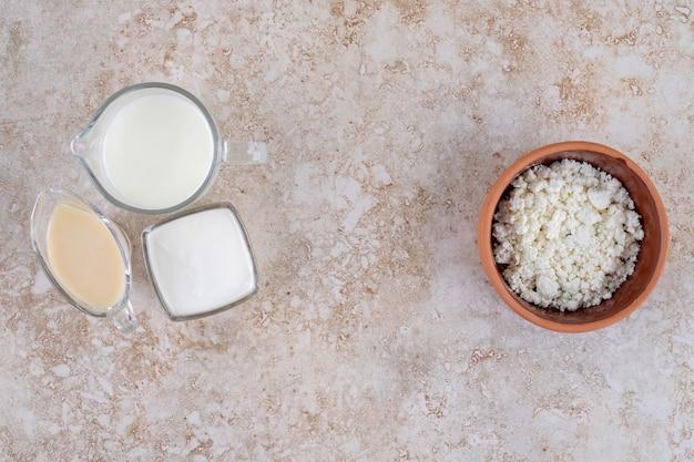 Een glazen beker koude heerlijke melk op een marmeren oppervlak