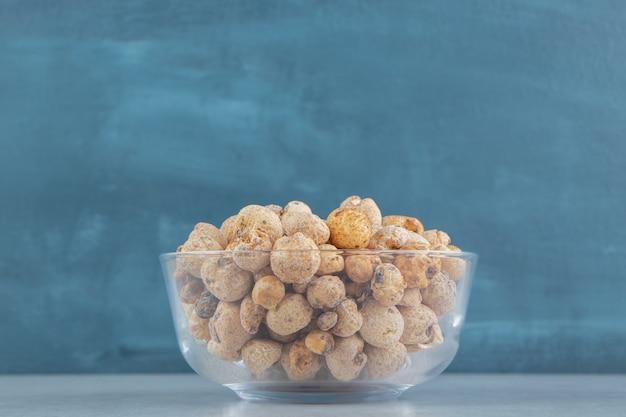 Een glazen bord vol heerlijk gedroogd fruit.