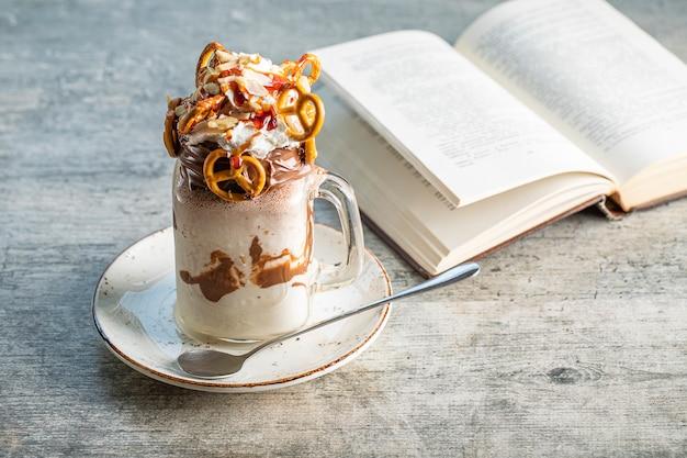 Een glazen pot melkchocolade cocktail