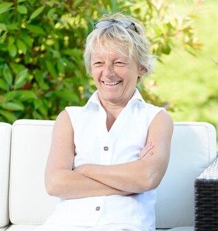 Een glimlachende vrouw van middelbare leeftijd