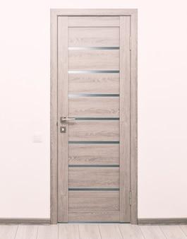 Een gloednieuwe houten deur in het huis