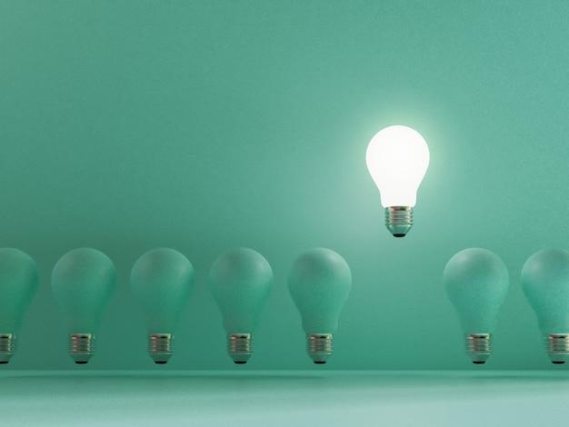 Een gloeilamp schijnt en stijgt boven andere lampen op een blauwe achtergrond voor een uitstekend, ander creatief denkidee en innovatieconcept door 3d render.