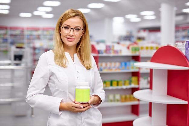 Een goed uitziende apotheker beveelt het medicijn aan voor behandeling