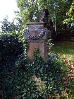 Een gotische tombe op een oud kerkhof