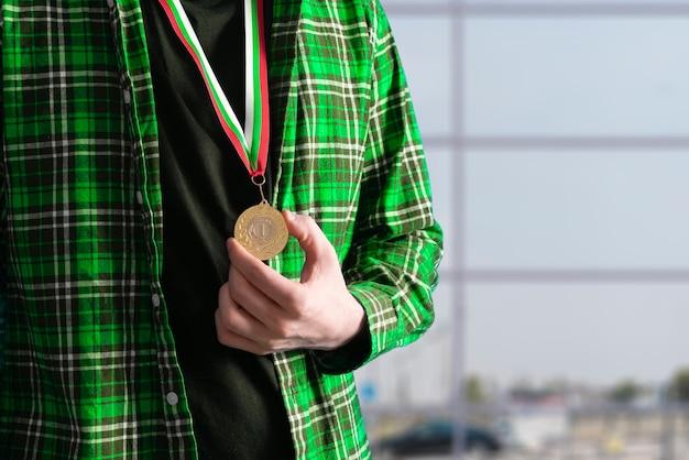 Een gouden medaille op de borstmens behaalt het succes
