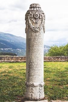 Een grafsteen uit de ottomaanse periode met arabische inscriptie in ioannina, epirus, noord-griekenland.
