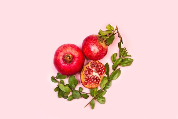 Een granaatappels met takken en bladeren