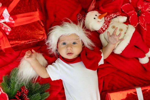 Een grappig kind in een kerstman kostuum
