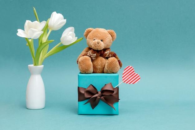 Een grappig konijn met een mooi geschenk