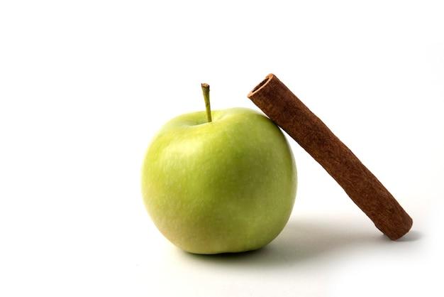 Een groene appel met een rond kaneelstokje