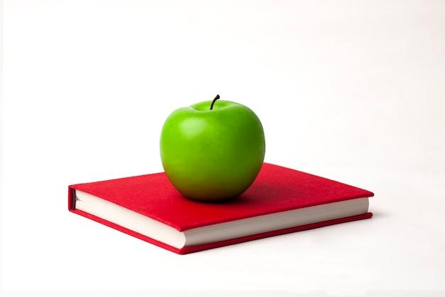 Een groene appel op een nieuw boek