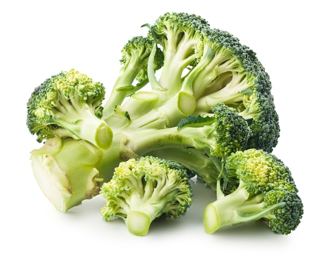 Een groene broccoli geïsoleerd op wit