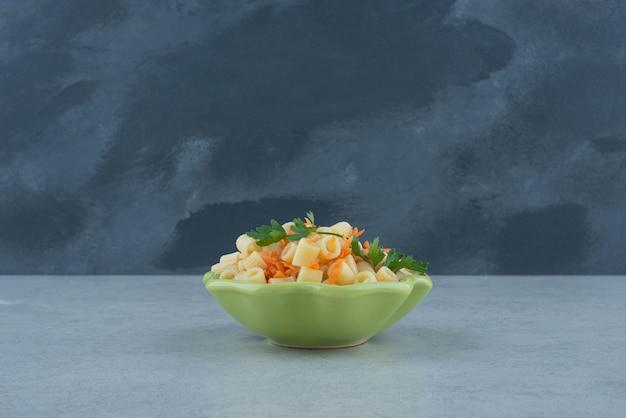 Een groene plaat van macaroni en broccoli op witte achtergrond. hoge kwaliteit foto