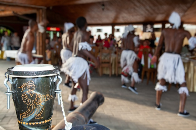 Een groep afrikaanse dansers op het festival