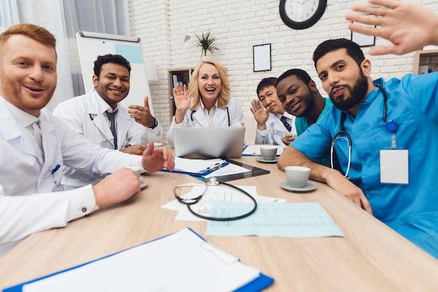 Een groep artsen van verschillende nationaliteiten rust.