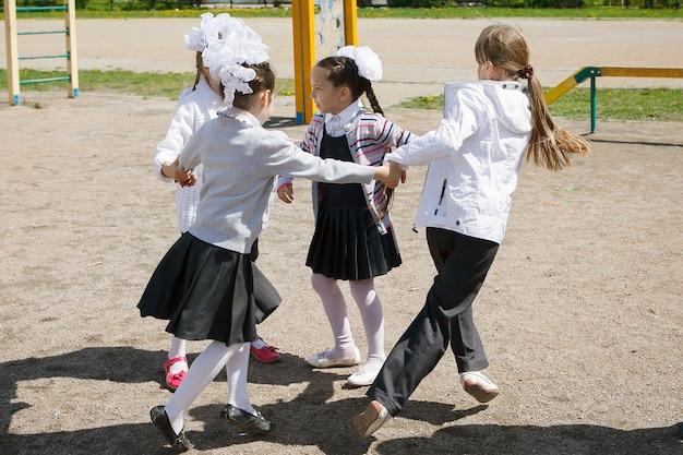 Een groep basisschoolkinderen veel plezier met spelen