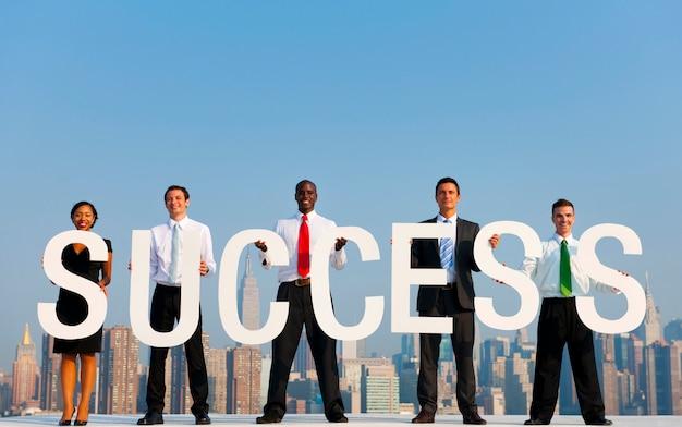 Een groep beambten die succesbrieven houden.