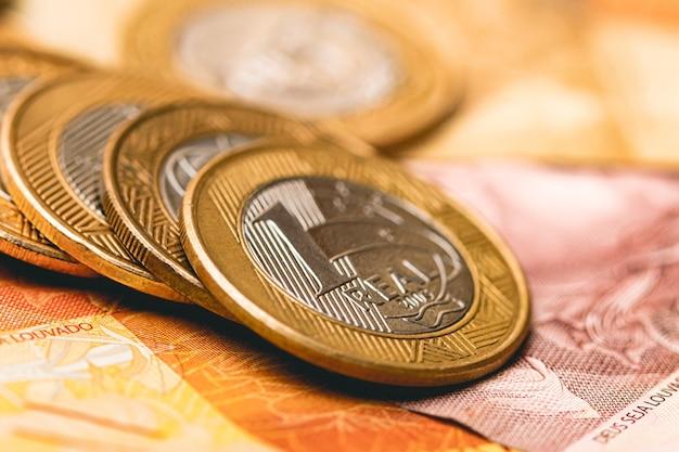 Een groep braziliaanse munten op braziliaanse echte bankbiljetten voor het concept van de braziliaanse economie