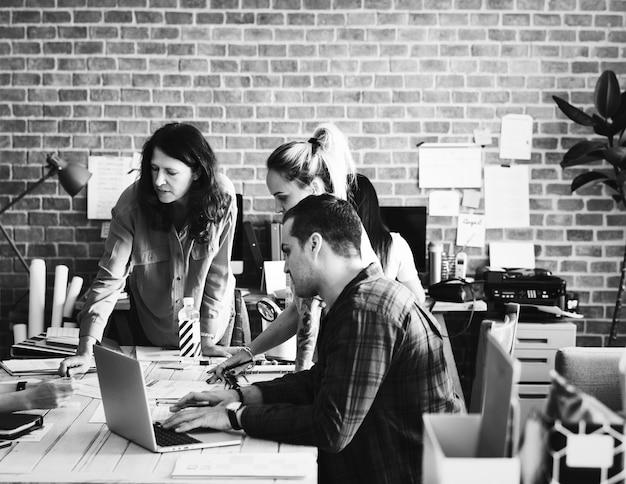 Een groep creatievelingen met een vergadering