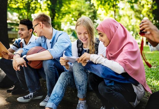Een groep diverse tieners