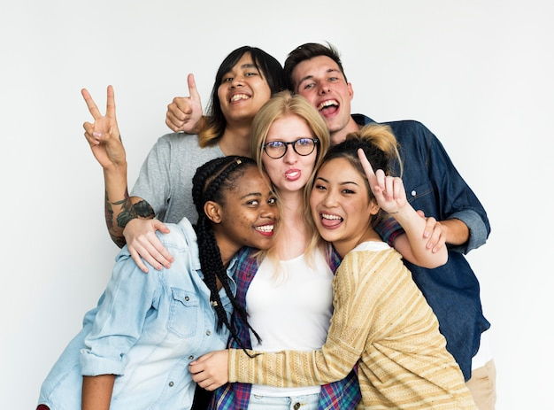 Een groep diverse vrienden die op witte achtergrond worden geïsoleerd