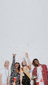 Een groep diverse vrienden viert feest op een feestje
