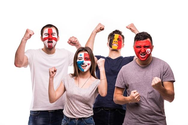 Een groep fans ondersteunt hun nationale teams met geschilderde gezichten. engeland, belgië, tunesië, panama fans overwinning schreeuwen geïsoleerd op witte achtergrond