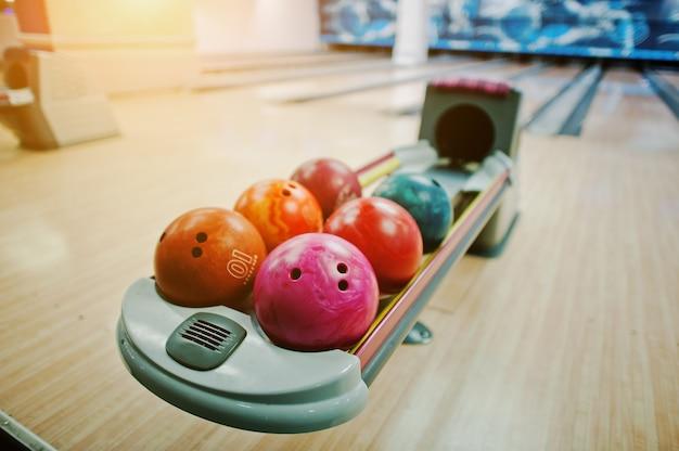 Een groep gekleurde bowlingballen bij bowllift