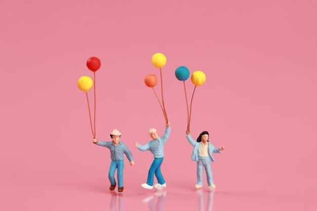 Een groep gelukkige familie hebben plezier en houden ballon