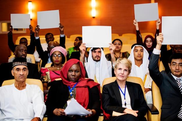 Een groep internationale afgevaardigden zijn stemgerechtigd