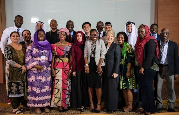 Een groep internationale zakenmensen poseert voor een fotoshoot