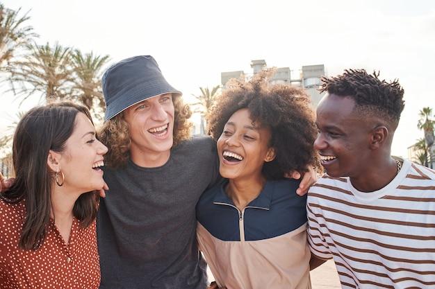 Een groep jonge jongens en meisjes van verschillende nationaliteiten geniet ervan om elkaar een mooie glimlach te geven