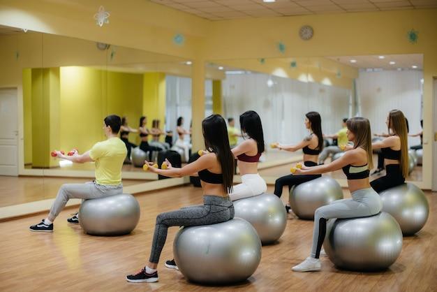 Een groep jonge meisjes die zich bezighouden met fitness op de ballen. gezonde levensstijl.