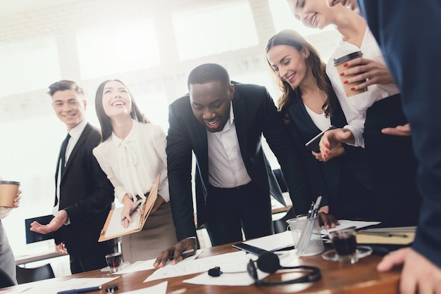Een groep jonge mensen houdt brainstorming op kantoor.