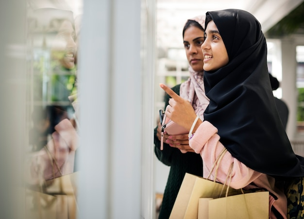 Een groep jonge moslimvrouwen