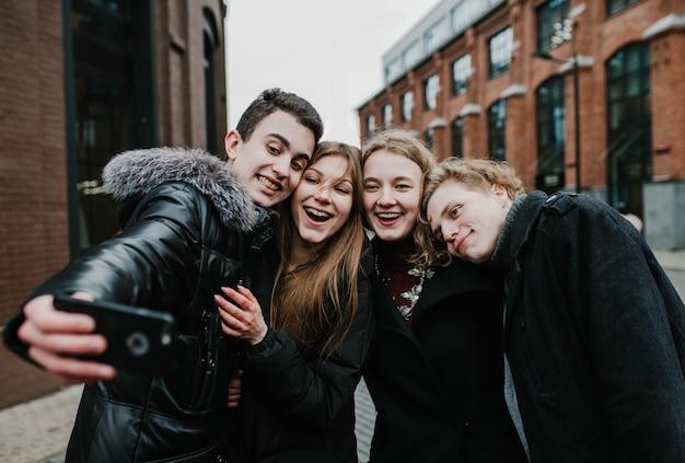 Een groep jonge vrienden die een selfie doen en plezier hebben