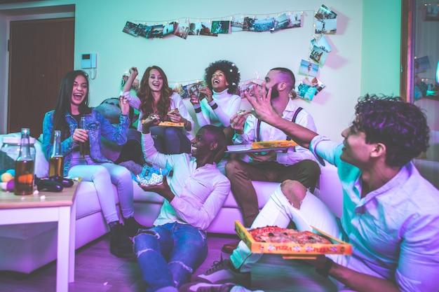 Een groep jongeren die thuis feest vieren en maken Premium Foto