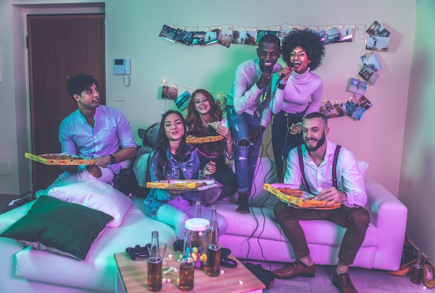 Een groep jongeren die thuis feest vieren en maken