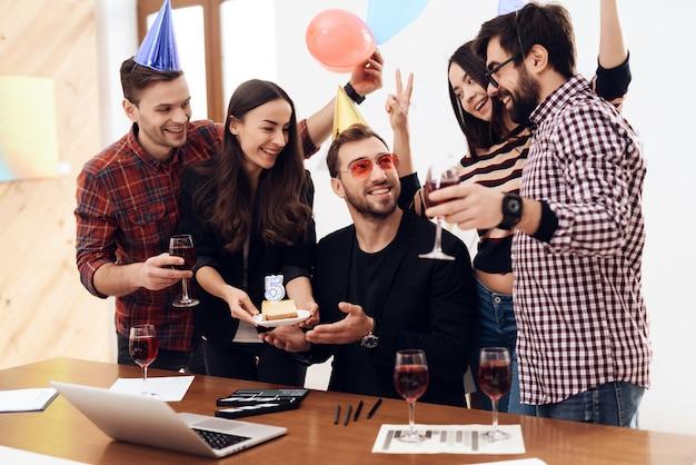 Een groep kantoormedewerkers viert het dagbedrijf.