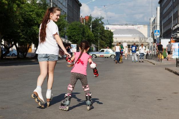 Een groep kinderen op rolschaatsen in de straten van een grote stad